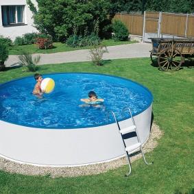 Круглый бассейн во дворе дачного участка