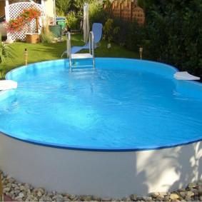 Каркасный бассейн на гравийной площадке