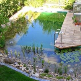 Деревянный мостик для купания в искусственном водоеме