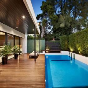 Современный дом с бассейном во дворе
