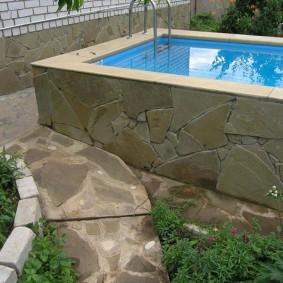 Каменная отделка стенок бетонного забора