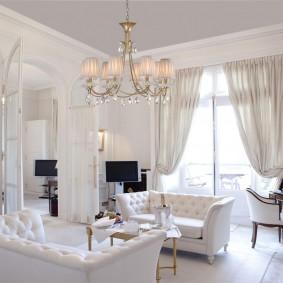 Потолочная люстра в гостиной с двумя диванами