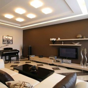 Белая мебель в гостиной с коричневой стеной