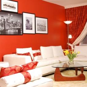 Белый диван у красной стены