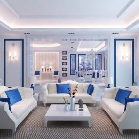 Синие подушки на белой мебели