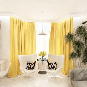 Желтые занавески в белой комнате