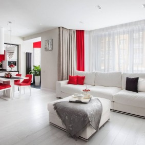 Красные шторы в кухне гостиной