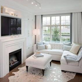 Уютная гостиная с белой мебелью