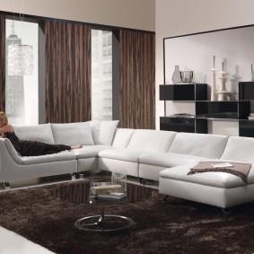 Модульный диван с обивкой светлого цвета