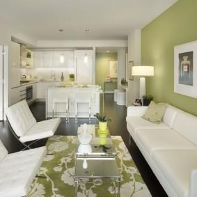 Светло-зеленая стена в кухне гостиной