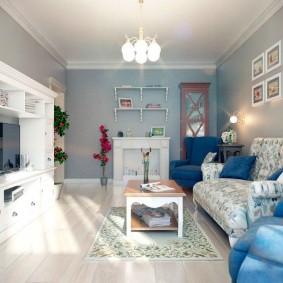 Синие кресла рядом с белым диваном