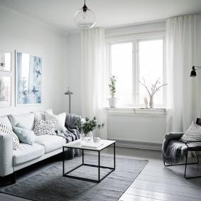 Белые шторы на окне небольшой комнаты