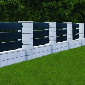 Белый капитальный забор на дачном участке
