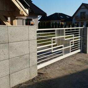 Металлические ворота на бетонных столбах