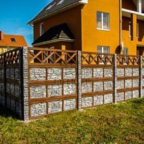 Высокий забор перед двухэтажным домом