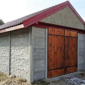 Гараж из секционного бетонного забора