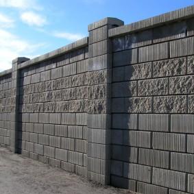 Глухая ограда из бетонных блоков