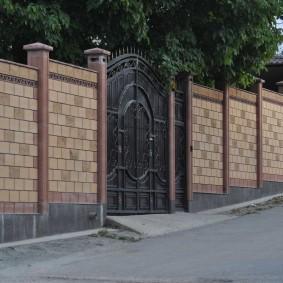 Кованные ворота и забор из блоков