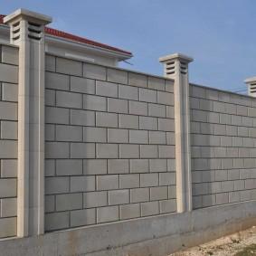 Блочный забор с железобетонными столбами