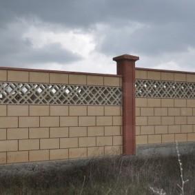 Бетонный забор с решетчатой вставкой