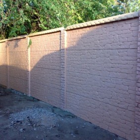 Бетонная ограда с имитацией старого кирпича