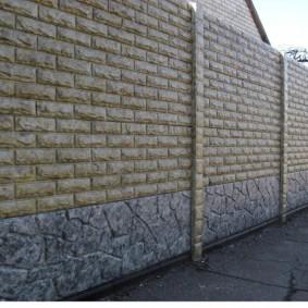 Искусственный камень на поверхности бетонной ограды