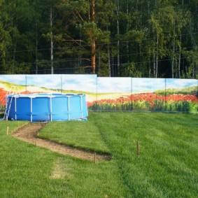 Пластиковый бассейн на участке с бетонным ограждением