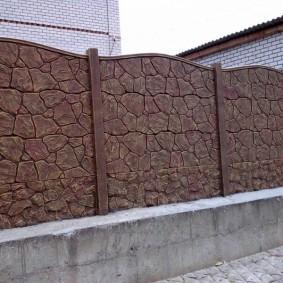 Бетонное ограждение под природный камень