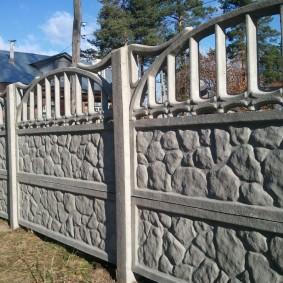 Сборный забор на границе садовых участков