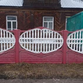 Красивый забор перед сельским домом