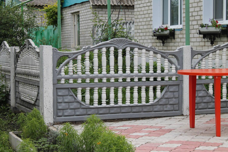 бетонный палисадник фото делятся две категории