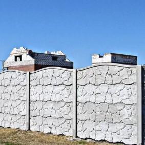 Длинный забор из монолитных бетонных секций