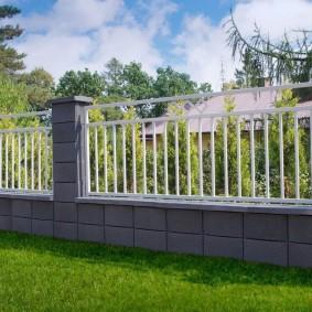 Декоративное ограждения из бетона и металла