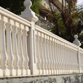 Бетонный забор в классическом стиле