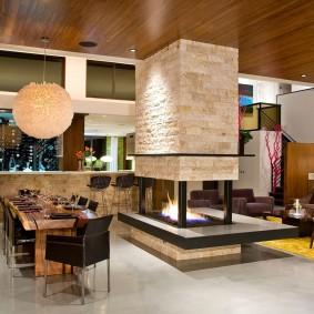 Деревянные панели на потолке гостиной
