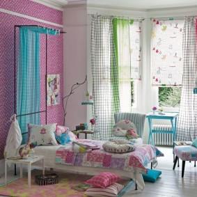 Разноцветные занавески на окне комнаты для девочки