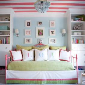 Полосатый потолок в спальне девочки