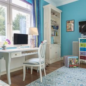 Письменный стол девочки перед оном комнаты