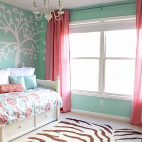 Розовые шторы в спальне ребенка