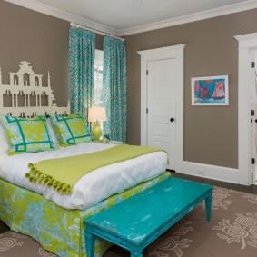 Светло-коричневые стены в комнате подростка