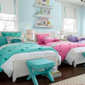 Детские кровати в просторной спальне