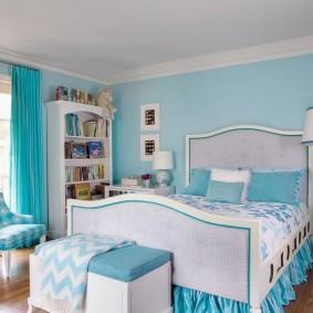 Кровать в спальне мальчика школьного возраста