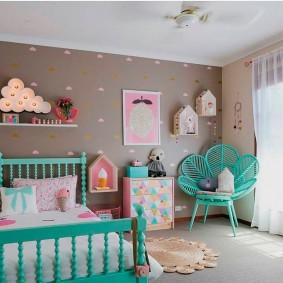 Бирюзовое кресло в спальне девочки