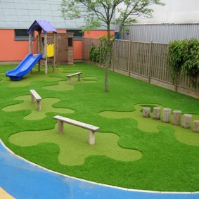 Искусственный газон на игровой площадке