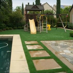 Специальный газон на участке с бассейном