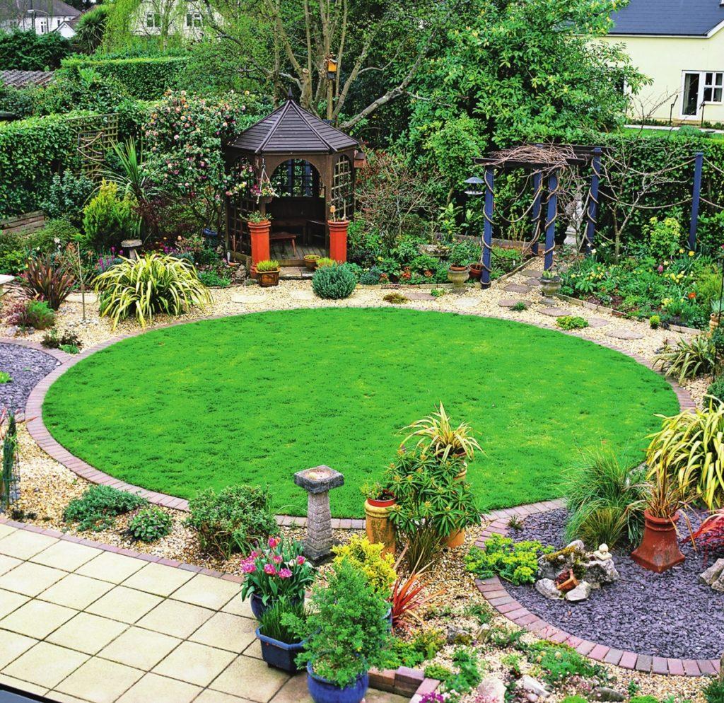 как оформить газон перед домом фото масла какое