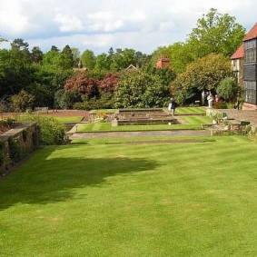 Партерный газон на территории загородной усадьбы
