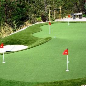 Спортивный газон на площадке для мини-гольфа