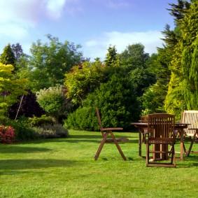 Садовая мебель на партерном газоне