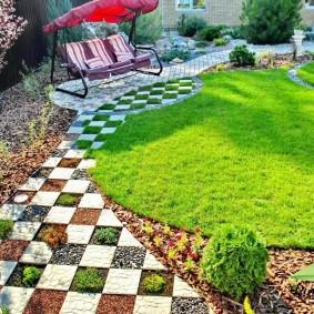 Садовые качели на площадке с тротуарной плиткой